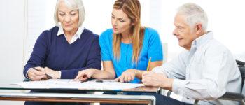 Frau bei der Beratung von Senioren im Pflegeheim